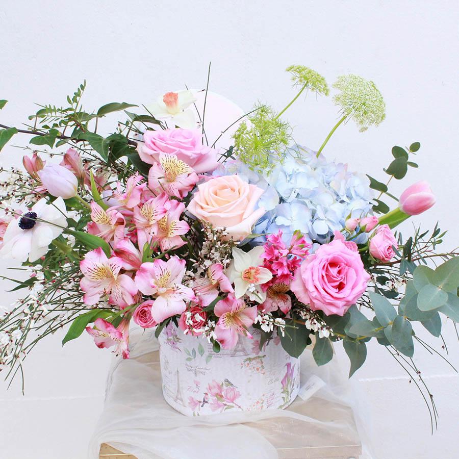 Caja sombrerera con flores variadas primaverales
