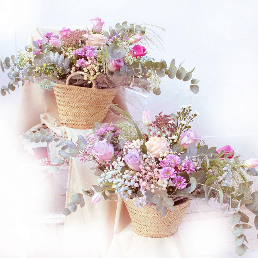 Cesta de palma con eucalipto y flores variadas