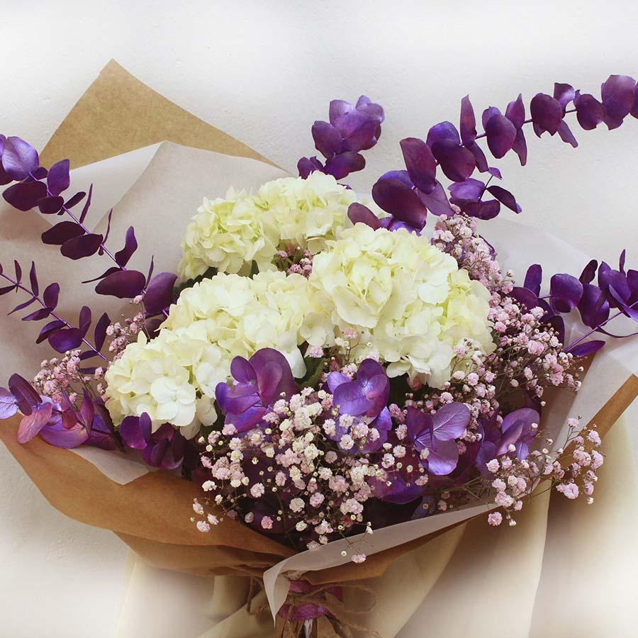 Bouquet de hortensias blancas y eucalipto violeta metalizado