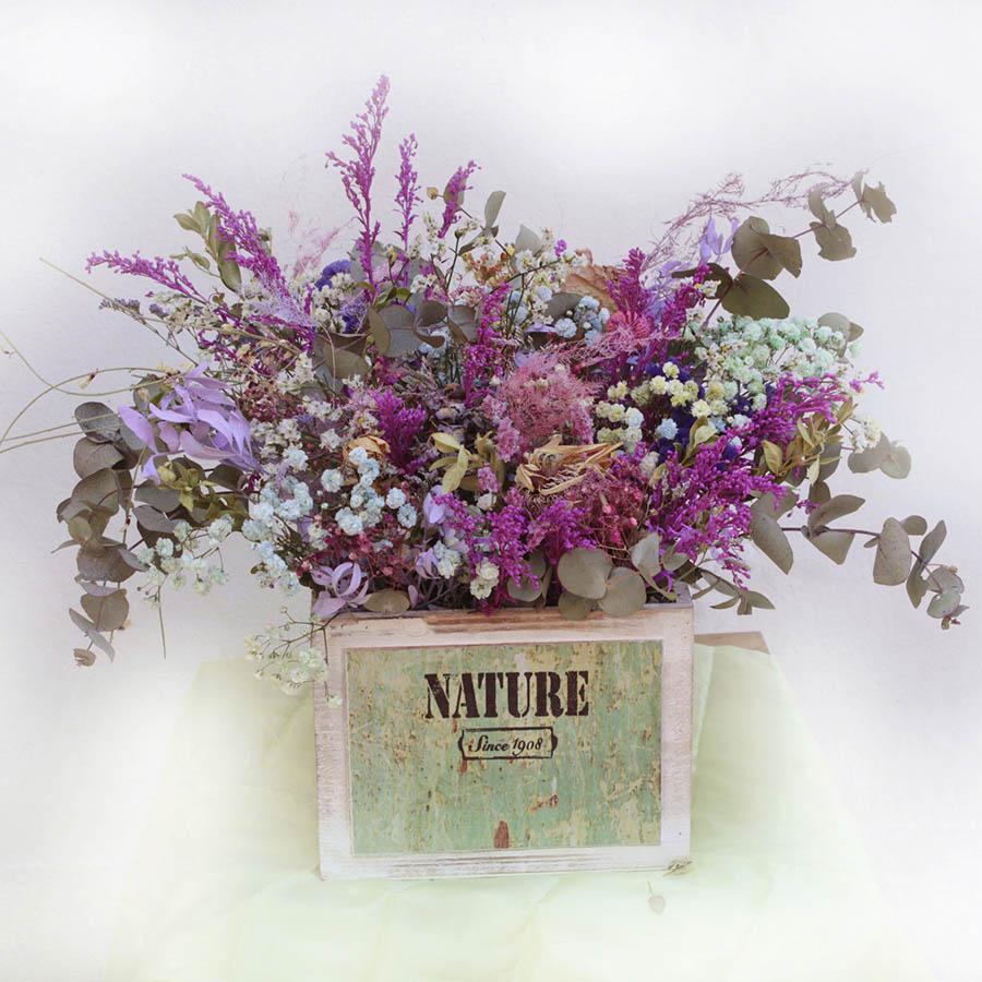 Caja de madera con flores secas, eucalipto, paniculata, etc.