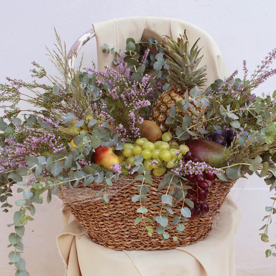 Cesta con flores silvestres, eucalipt y frutas de temporada.