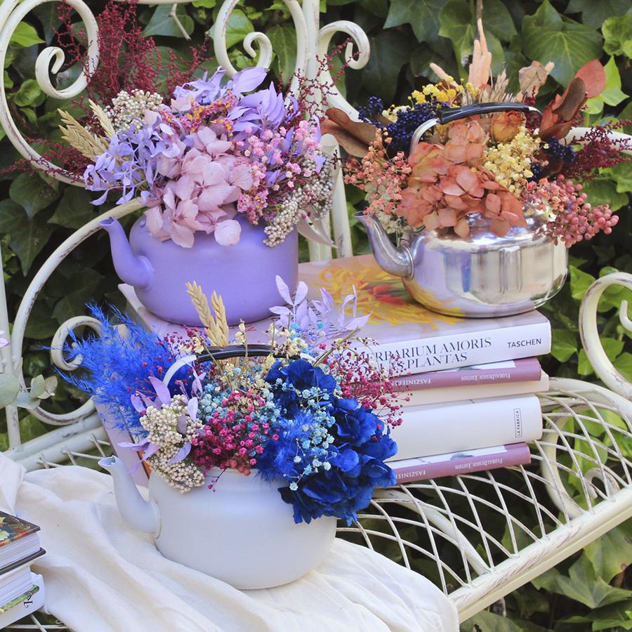 Tetera con flores secas y preservadas, diferentes colores