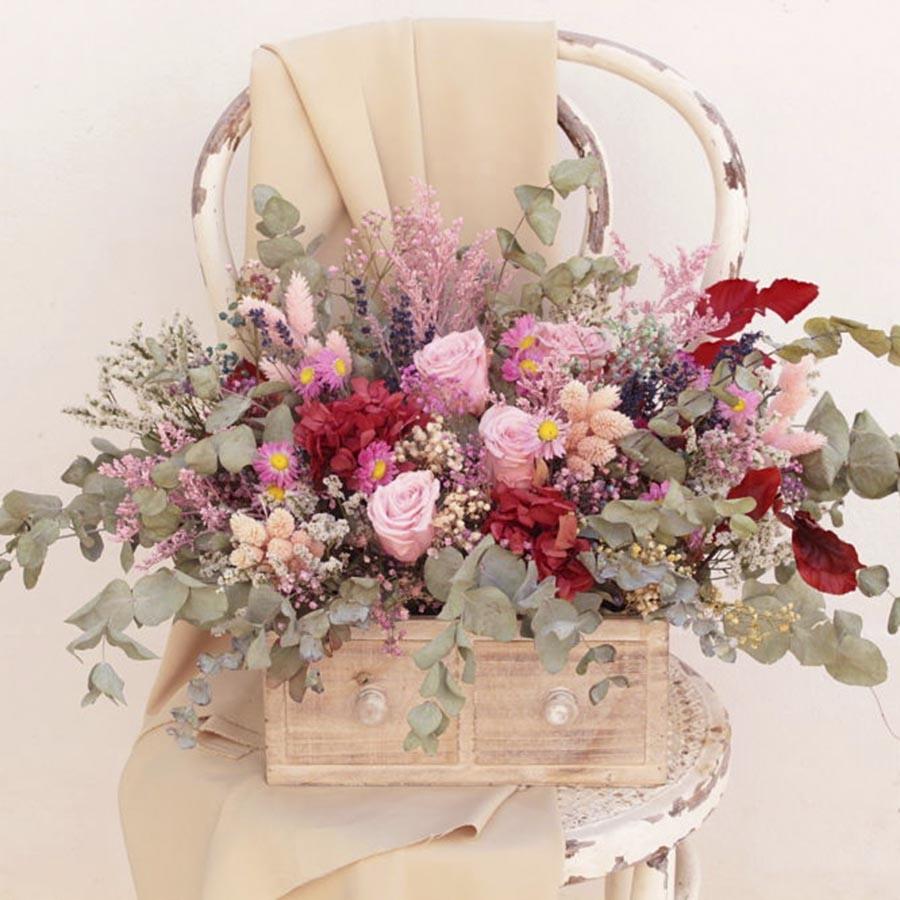 Caja de madera con flores preservadas