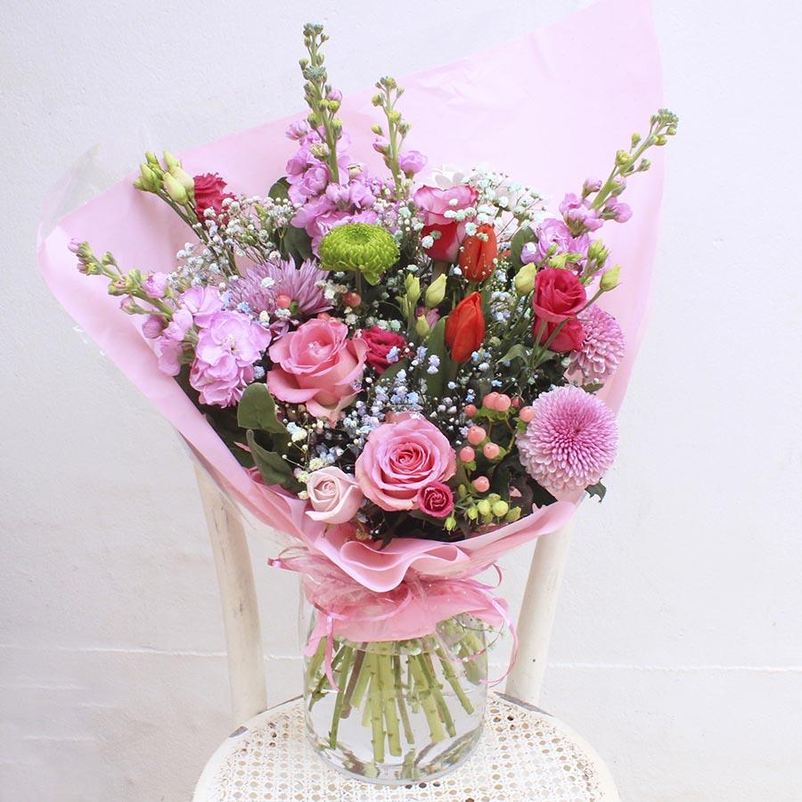 Bouquet primaveral con Flores variadas en tonos rosados