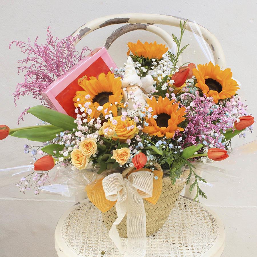 Cestita primaveral con tulipanes - Envío de flores frescas a domicilio. Bouquets de flores y ramos. Floristería Rosalia ENVÍO GRATIS