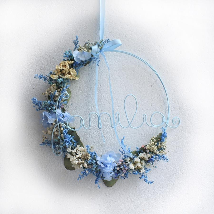 Corona de flores secas decorativa en tonos azules