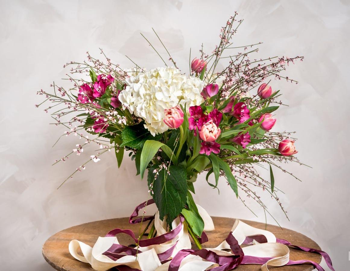 bouquet con alegres notas de color. Hortensias tulipanes y alstromelias, hacen estas elegante composición