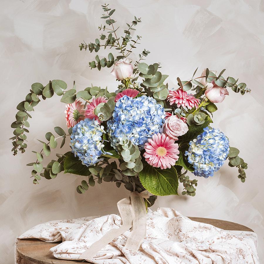 Ramo primaveral con hortensias, gerberas, rosas y eucalipto